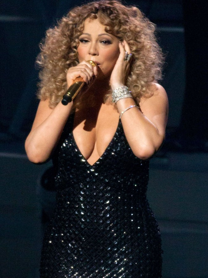 Mariah-Carey-Flashes-Panties-During-Vegas-Performance-01-675x900