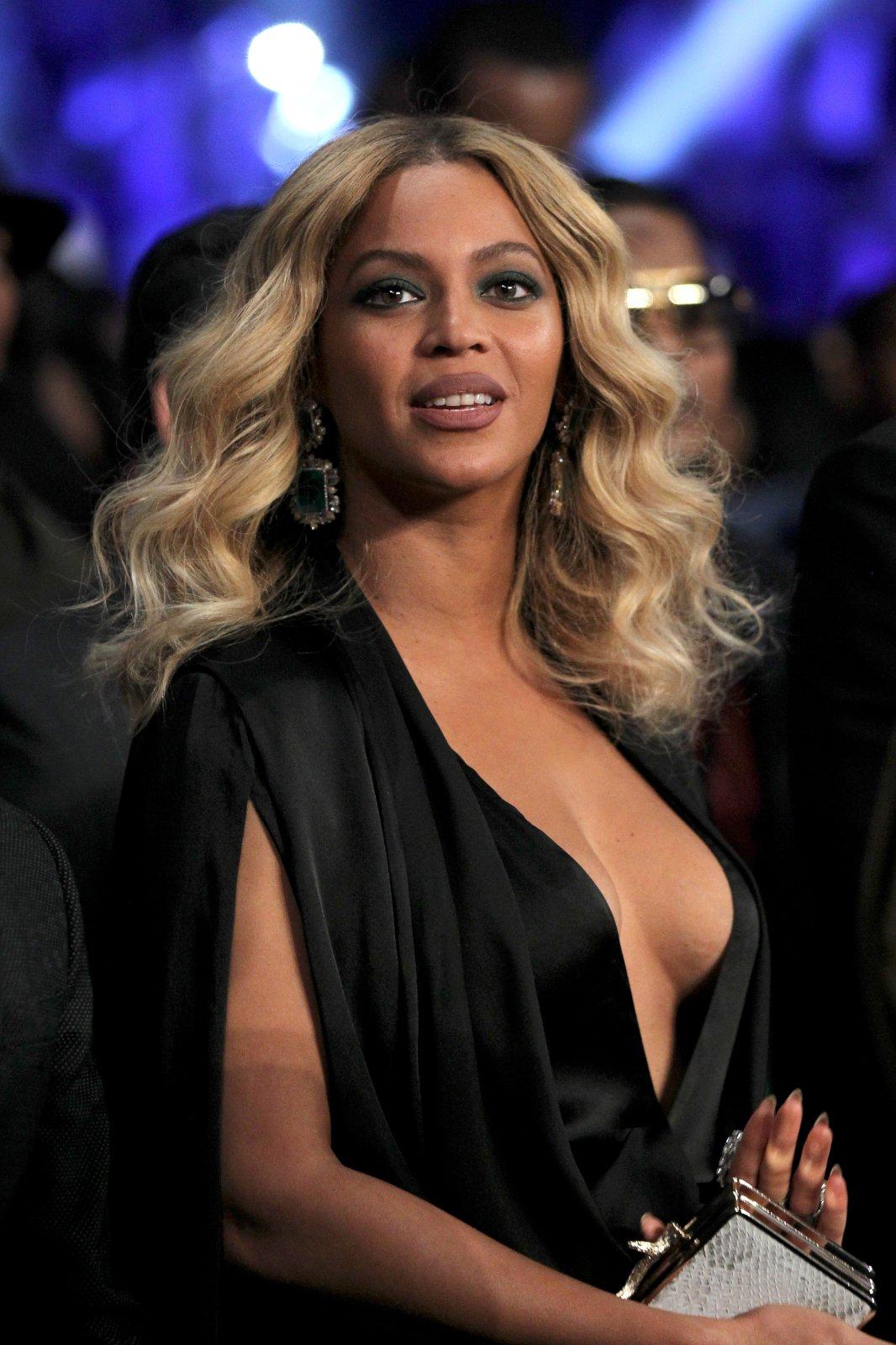 Beyonce-Braless-11