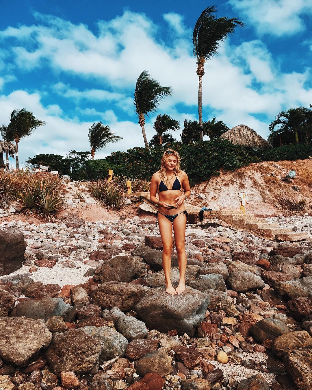 Chloe-GraceMoretz-in-a-Bikini