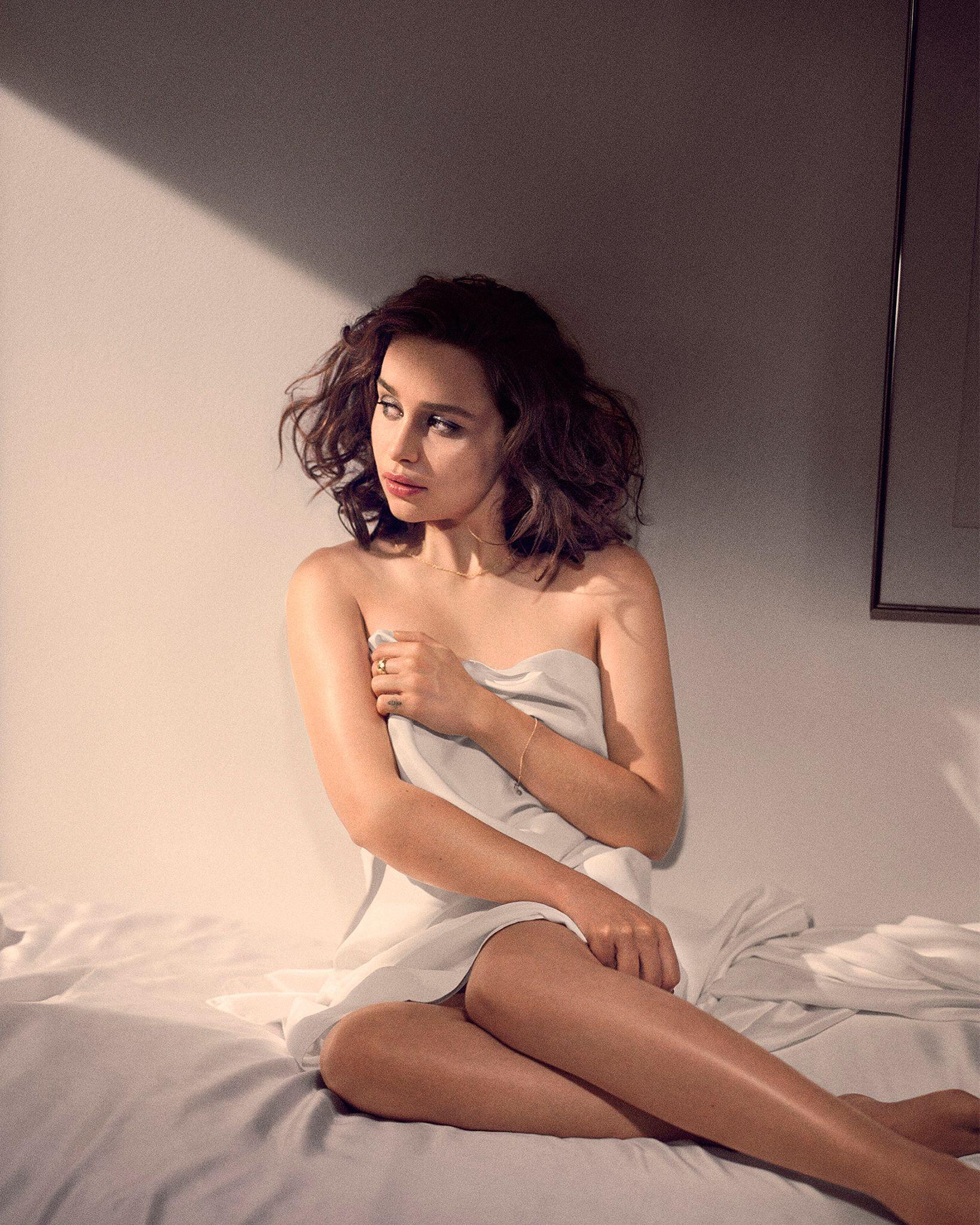Emilia-Clarke-Sexy3