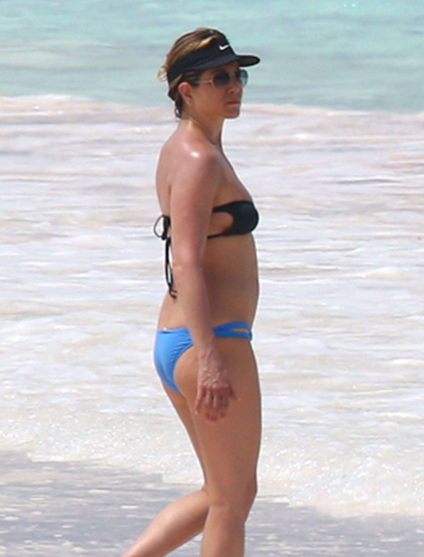 Jennifer-Aniston-in-a-Bikini-10